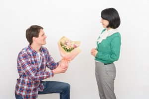 男性が女性へ花を贈る