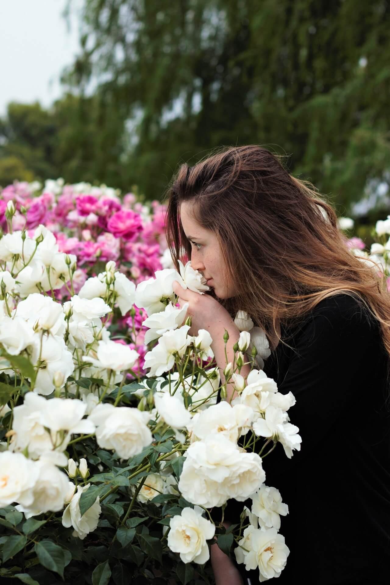 バラの香り ブロンドの女性
