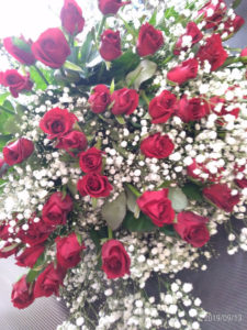 赤バラ50本カスミソウの花束